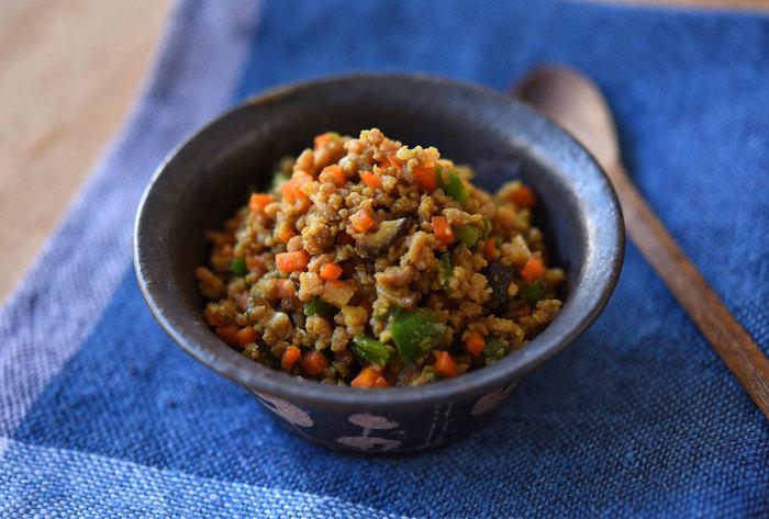 にんじんやしいたけ、ピーマンなどの野菜入りカレーそぼろの作り方です。野菜のオレンジやグリーンが目にも鮮やか。ご飯の上にのせるだけで簡単にお花畑が広がりそうですね♪どんなひき肉でも作れるのも魅力。