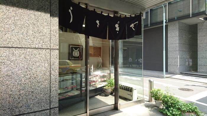 日本橋のオフィス街で、ひっそりと控え目に暖簾を掲げる「うさぎや本店」は、日本橋で屈指の人気を誇る和菓子店です。