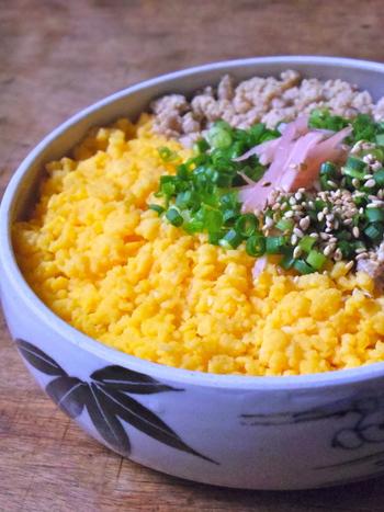 そぼろ弁当で活躍してくれる華やかな黄色、卵そぼろの作り方です。薄口醤油を使い、だし汁も入った上品な味わい。5分で完成、冷凍保存もできる優れものレシピです♪