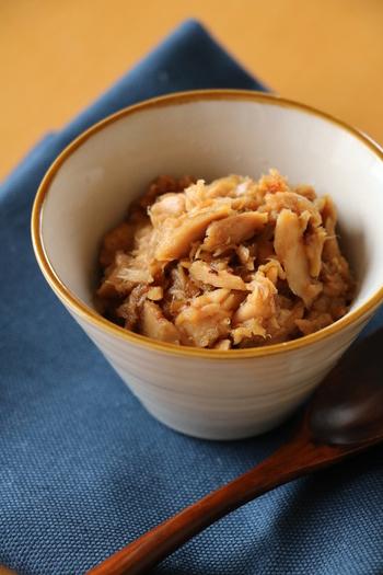 そぼろはお魚を使ってもいいんですよ。こちらはツナ缶を使った「ツナそぼろ」の作り方です。ツナ缶をストックしておけば、材料を買い忘れたときにも簡単に作れますね♪
