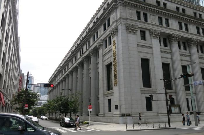 """【ネオ・バロックの荘厳な建築、コリント式柱が印象的な「三井本館(画像右)」、隣り合う「三越日本橋本店(左)と、当一角は、日本橋ならではの景観。当地の名所、観光スポットとなっている。  両館の間の「江戸桜通り」は、外堀通り・常磐橋交差点から、日銀本店と貨幣博物館、三越日本橋本店と三井タワー、COREDO室町1・2と3の間を通る。名にあるように、この通りは、都心部の""""桜""""の名所としても知られ、満開の桜並木は定評がある。】"""