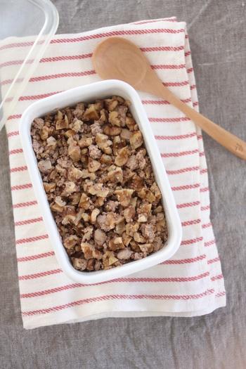 こちらはちょっぴり変わり種、木綿豆腐とくるみを使ったそぼろの作り方です。健康や美容を意識する方にもおすすめ。お肉がなくてもコクのあるそぼろになりますよ♪
