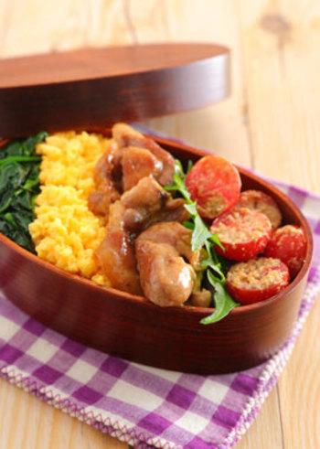 ご飯にのせる具材は全てそぼろでそろえなくてもOKです。こちらは、卵のそぼろに、豚の照り焼きとほうれん草のおひたしを合わせた盛り付け。お肉の存在感がぐっとアップしましたね♪