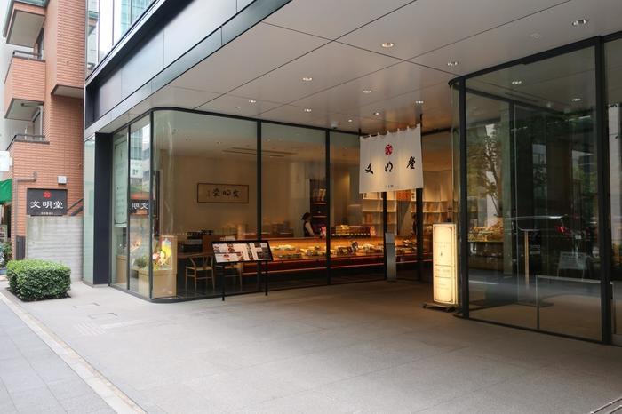 「文明堂」は、明治33(1900)年に長崎で創業したカステラの名店。大正期に東京へ進出しました。日本橋本店は、先に紹介した「貝新」の並びに店があります。【1階はショップ。2階には、食事やスウィーツが楽しめる「文明堂カフェ」が併設。】