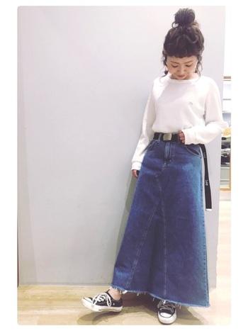 可愛らしいAラインのデニムスカートに、シンプルな無地のロンTをインした定番スタイル。トップスはゆったり過ぎず形の綺麗なものを選ぶことで、カジュアル過ぎない大人っぽい着こなしをしてみましょう。プラスαのベルトのアクセントが効いています。