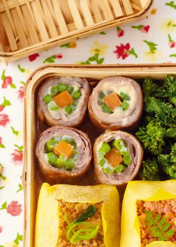 お弁当箱全体をそぼろ弁当にするのも良いですが、付け合わせのおかずをプラスして楽しむ方法もありますよ。断面がお花のようなおかずを組み合わせれば、さらに手の込んだ華やかなお花畑弁当に♪  こちらは、ミニアスパラを花びらに使った肉巻きのおかずです。お弁当箱の片隅においしいお花を咲かせてみましょう。
