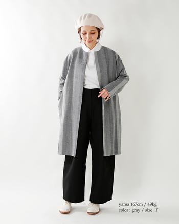 グレーのさりげないストライプが素敵なノーカラーコートはシャツコーデにぴったり。やわらかいモノトーンコーデに仕上がっています。