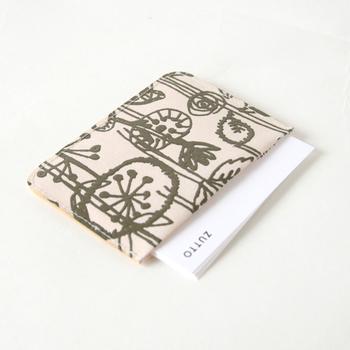 和紙を使って作られたパスケースに、ミナペルホネンのデザインを採用したとってもおしゃれなアイテム。軽やかな肌触りと和紙ならではの温かみのあるパスケースは、使い込むほどに愛着が増していきます。