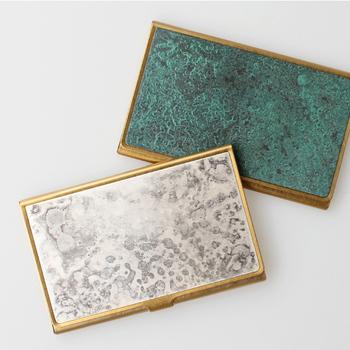 真鍮無垢で作られた「PICUS(ピクス)」のカードケースは、毎日持ち歩いても傷や指紋が目立たないのが特徴。独特の風合いの着色版を組み合わせて、高級感のあるデザインに仕上げています。名刺なら13枚前後収納が可能です。