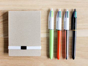「BiC(ビック)」のノック式4色ボールペンなら1本で何役も兼ねてくれるので、荷物を減らしたい時にもぴったり♪