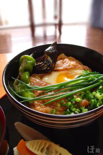 """鶏肉に代えて油揚げを卵でとじる「きつね丼」です。 麵つゆで煮た油揚げの真ん中に卵を落とすことから""""巣篭もり""""だそう♪"""