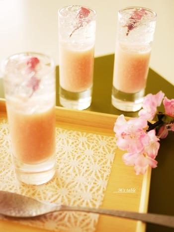 桜甘酒のゼリーが固まったら、桜の花入りの透明なクラッシュゼリーを重ねて、層が美しいデザートに。桜が宙に浮いているようでとてもきれいです♪