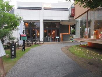 海外のような、おしゃれな外観のイタリアンレストラン「DOMUS (ドムス)」。今泉の李離宮の中にお店があります。