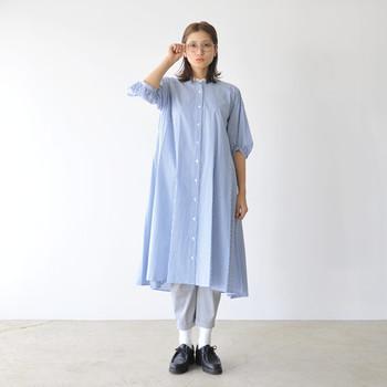 ゆったりとしたシルエットのシャツワンピは、短め丈のパンツでバランスを取るとgood!