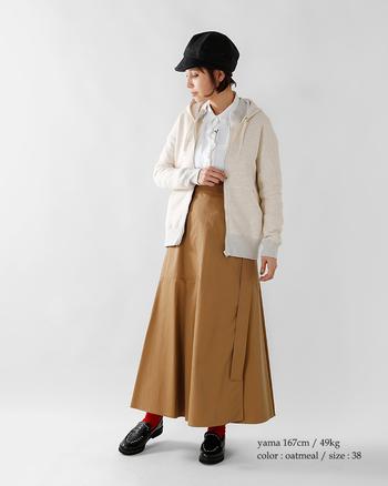 裏フリースのパーカーを羽織ればシャツでも暖かく過ごせます。Aラインのロングスカートのシルエットが素敵です。