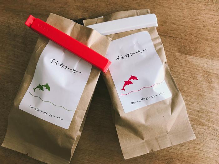 日本人の好みに合う、オリジナルのフレーバーコーヒーを作る「イルカコーヒー」は、苦味の少ない軽やかな飲み心地♪定番のキャラメル、ヘーゼルナッツから、ちょっと珍しいクリームブリュレ、ナッツ&キャラメルまで、4種類のフレーバーが。