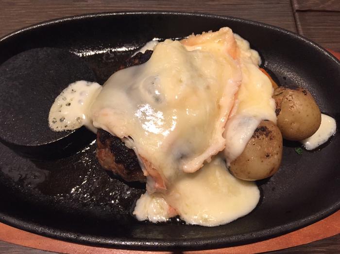 ステーキやハンバーグに、話題のラクレットチーズをトッピングできるのも嬉しいですね♪