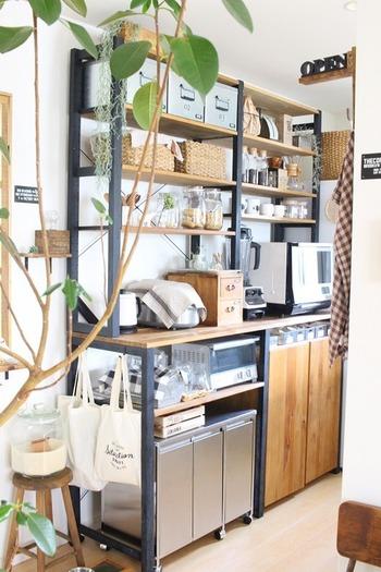 """ステンレス製のゴミ箱を棚の下にうまく収納させています。オーダーメイドでないのに、棚に""""シンデレラフィット""""だったのだそう。ステンレスのスタイリッシュさが、うまくキッチンと馴染んでいて、生活感を感じさせません。"""