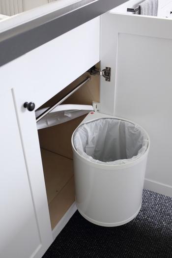 毎日使うものだからこそ、使いやすさにもこだわりたいですよね。こちらは一見普通のゴミ箱に見えますが、扉を開けるのと同時に、前にせり出す仕組み。かなり便利なゴミ箱です。