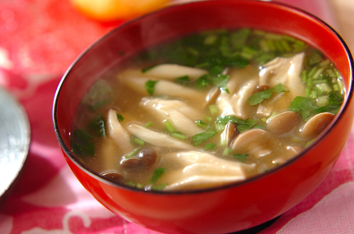 風邪予防にぴったりの一杯。たっぷりのしめじに、しょうが汁をきかせたお味噌汁。 体もポカポカ、冷えた体を優しく温めてくれそうです…。しめじの他にも、えのき、しいたけ…お好みのきのこで作ってみてはいかがでしょうか。