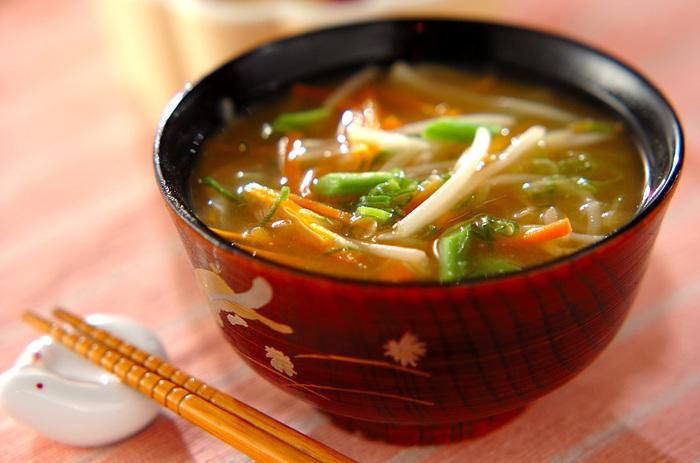 食物繊維たっぷりの切り干し大根のお味噌汁。 切り干し大根の他にも、もやし、にんじん、さやいんげんと、野菜がたっぷり!彩りもとてもキレイです。