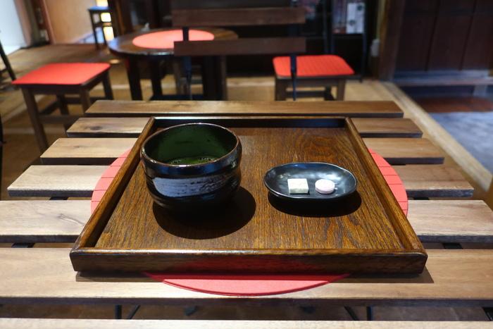 店内ではお抹茶のほか、鎌倉特製しらすご飯や、昔懐かしい味のする「アイスクリン」の生ソフトクリームなどをいただくことができます。お茶をいただきながら、店内の和雑貨をお土産に選ぶのもよさそうです。