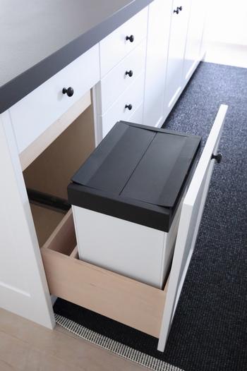 備え付けでも後付けでも、キッチン棚に余裕があれば、そこにすっぽり入れてしまうのもアイデア。外から見えることがないので、お客様が来ても安心です。インテリア重視の方にもおすすめ。