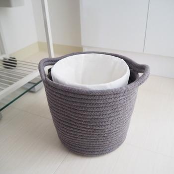 柔らかい編み目が可愛らしい、コットンで出来たバスケットの中にゴミ箱を隠す方法も素敵です。こなれ感も出るので、部屋全体がおしゃれにグレードアップ。汚れたら丸洗いができるのもいいですね。