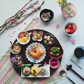 ランチョンマットやクロスを桜色にして、プレートやお皿を渋めの落ち着いたトーンでまとめるのも素敵ですね。シックば黒のプレートは料理を引き立てるだけでなく、全体を引き締めます。