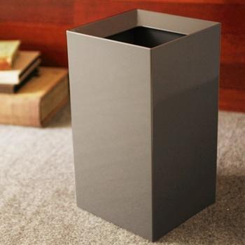 重厚感漂う、シックなゴミ箱。正方形なので、壁に沿ったり、ソファーやラックの横にもスッと置きやすいのが特徴です。2重構造になっているので、中にセットしたビニール袋が見えることなく、うまく生活感を隠してくれます。