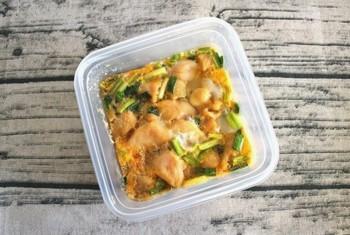 """調理時間:10分。 時間はなくても、""""うちで親子丼""""が実現できる、3人分のレシピです。2日ほど冷蔵保存できます。"""