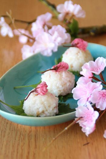 お餅と梅干しといっしょに炊き上げたご飯に、刻んだ桜の花を。ほんのりピンク色の桜おこわは、時短なのにとても繊細な美しさです。