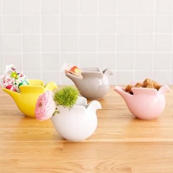 スウェーデンを代表する陶芸家「リサラーソン」による優しい色調のピッチャー。シュガーボウルや小物入れ、花器などさまざまな使い方があります。春らしい差し色としてテーブルに一つ置くのも素敵ですね。