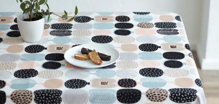 テーブルクロスも春らしい淡いパステルカラーに模様替え。こちらは、フィンランド・マリメッコ社の「KOMPOTTI(コンポッティ・コンポート)」。果物の輪切りが並んだフレッシュ感のあるデザインです。