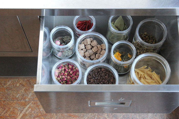スパイス類やナッツ類、ドライフルーツ、調味料、コーヒーやお茶など、あらるものの保存に最適。食品だけでなく、綿棒やコットンなど、日用品入れとしも使えます。
