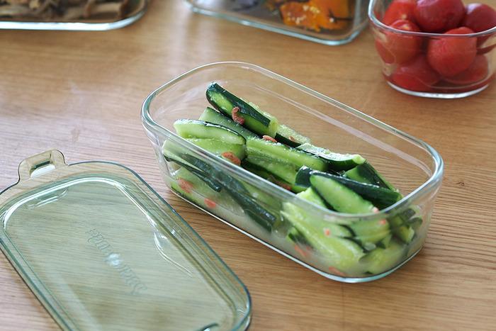 透明の保存容器なので中の状態が一目瞭然。冷蔵庫内で食材を探したり食べ忘れたりする心配がなく、臭いや色移りがしにくいので酢の物やカレーなどの保存も気兼ねなくできます。
