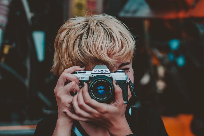 大人も、いざ自分が被写体になりカメラを構えられると、表情が緊張するもの。お子さんならなおさらです。  撮影するときは、ファインダー越しではなく、お子さんを直接見て、普段の通りの会話をしながらシャッターを切りましょう。  デジタルカメラの場合、カメラを構えるときは肘をテーブルや床などにつかせた状態で、カメラを固定すると楽です。シャッターを半押しすればピントを合わせた状態になるので、カメラ位置はそのままキープして、ママはお子さんのお顔を直接見ながら話しかけてみましょう。笑顔がこぼれたら、カメラを動かさずにシャッターを全押しすればOKです。