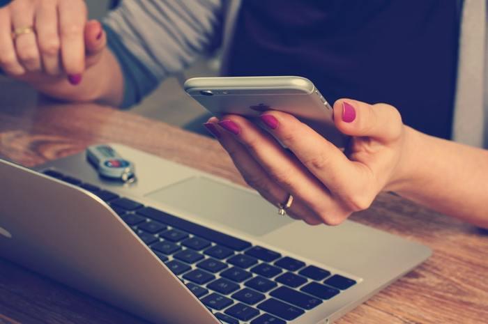 """携帯をチェックしていて目についた物、広告、いち押しとされている商品など――。客観視すれば自分に必要がないと分かるのに、なんとなく魅力的に見える情報が、身の回りにはたくさん溢れていますよね。ついそれが気になって、立ちどまってしまったり、行動に移したり、""""検索""""に時間を費やしてしまったり・・・。  あとあと考えれば、その情報に想定外の時間を割いてしまって、後悔してしまうことも。  そこで求められるのが、情報を取捨選択する力。衝動に身を任せてどの情報も受け入れるのではなく、あえて意識的に、不要な情報に対して""""鈍感""""になってみましょう。"""