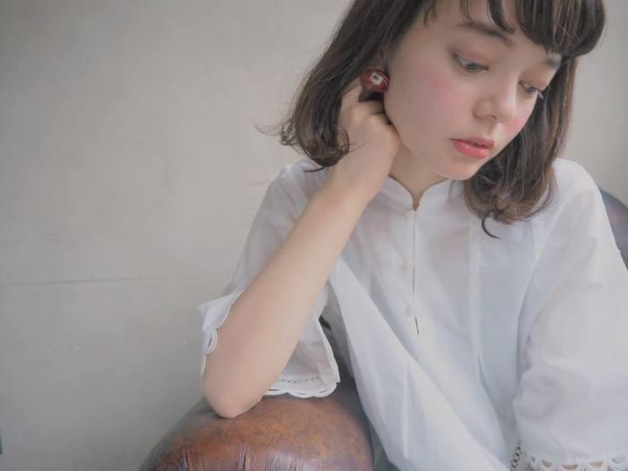 休日は、子どもの頃のような上気した頬に。コーラルピンクをビーンズ形に入れて思いっきりかわいくすれば、肩の力も抜けてリラックスした表情を作れます。