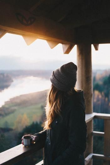 負の感情は尽きることがなく、無限のループのように、頭の中はそのことでいっぱいに。せっかくのあなたのプライベートタイムも、台無しになってしまいます。  そんな時には自分で「終わり」を決めましょう。  負の感情を一度しっかり受け止めたら、「もう、仕方ないよね」という気持ちに切り替えて。一度切り替えると決めたなら、マイナスの感情は正面から受け止めようとせず、適度にスルーしてください。  希望を見出して、次のアクションを起こしましょう。