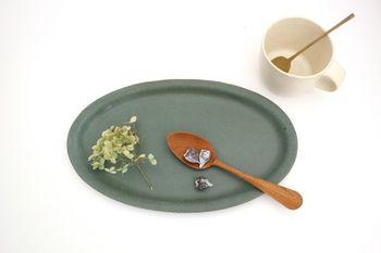 グリーンのお皿は、木目や茶色と相性がいいです。ほっと温まるような食べ物と木のスプーンと一緒にするのもおすすめですよ。