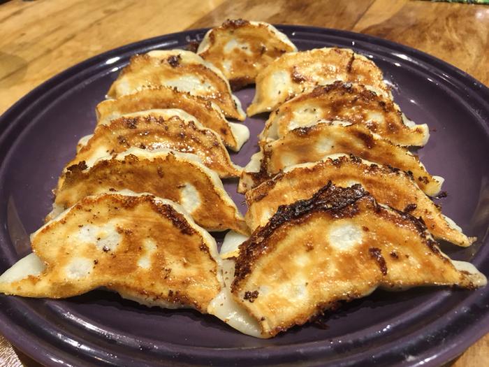 「邦栄堂製麺」の餃子の皮は、きつね色の焼き目をつけていただくと、モチモチ、カリッとしていて、手作り餃子の味をワンランク引き上げてくれます。鎌倉住民が愛するローカルの味を、お家でも堪能してみましょう。