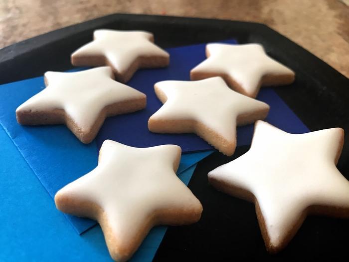 缶の中に入っている折り紙は、クッキーを食べるときの敷き紙として使います。その様子はまるで夜空に出現する「小さな星」のよう。つい写真を撮りたくなる、おしゃれな演出ですね。お店は都内に3店舗(浅草店、東麻布店、松屋銀座店)あり、直接店舗に来ることが難しい場合でも、クッキーはメールやFAXから注文もできます。