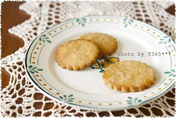 卵やバター無しで作れる、シンプルで甘さ控えめのクッキーレシピ。素材の味を活かした素朴な味は、噛めば噛むほど味わい深い全粒粉と好相性です。
