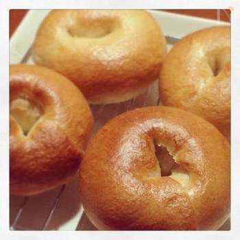 全粒粉を使ったパンは、しっかりとした食感と風味豊かな味わいが特徴的。その特徴と相性が良いのがベーグルです。一度茹でるという独特の作り方ではありますが、手順は簡単なのでパン作り初心者もぜひ試してみて!