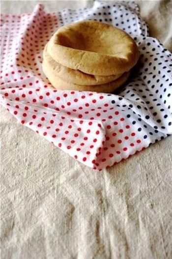 より手軽にパンを作りたいなら、二次発酵のいらないピタパンもおすすめ♪焼き時間も5分ほどとかなり短いです。中が空洞になっているので、半分に切って具材を詰めて楽しみましょう!お弁当にもおすすめですよ♪