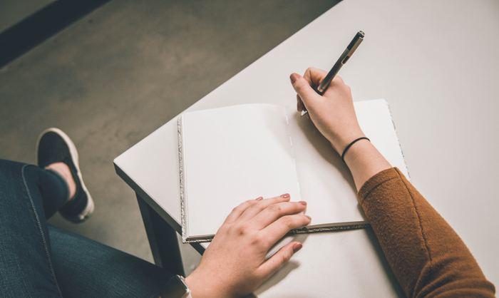 「やりたいことリスト100」を始めるにあたって、大変そうと思うのは、きっと100個もやりたいことを書き出すことでしょう。けれども、この数の多さこそ、ポイントです。とにかく、些細な希望、大きな目標...構わずどんどん挙げていく。俯瞰してみると、自分の興味や行動パターンも明らかになってきます。自分の本質に気づくきっかけにもなるかもしれません。