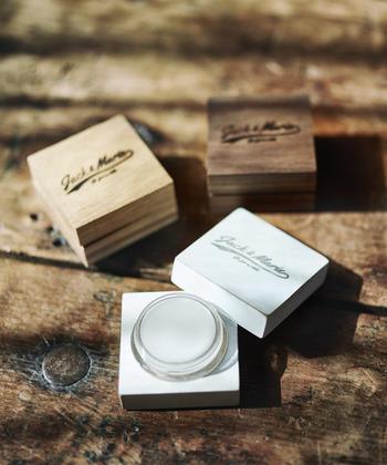 植物性の素材のみで作られた練り香水。ハンドメイドのケースはギフトやプレゼントとしても最適で、使用後はアクセケースとして使えるのも嬉しいですね。