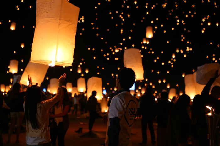 """ランタン祭りには2種類あるのをご存知ですか?  1種類目は、オレンジ色の炎に灯されたランタン""""天灯(てんとう)""""を夜空に放つ『スカイランタン』です。タイや台湾などのアジア地域によく見られ、節句における無病息災を祈る祈祷儀式の道具として昔から使われています。熱気球のように舞い上がるランタンに願い事を書き、想いを託して飛ばします。"""