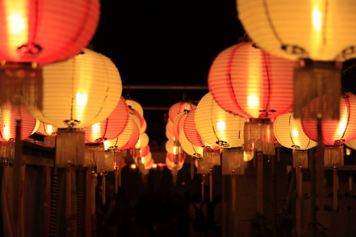 """日本一人口が多い村として知られている沖縄の""""読谷村(よみたんそん)""""でもランタン祭りが開催されています。沖縄の独特な雰囲気と再現された琉球王朝時代の街並みが、カラフルに光るランタンの美しさを盛り上げてくれます。"""